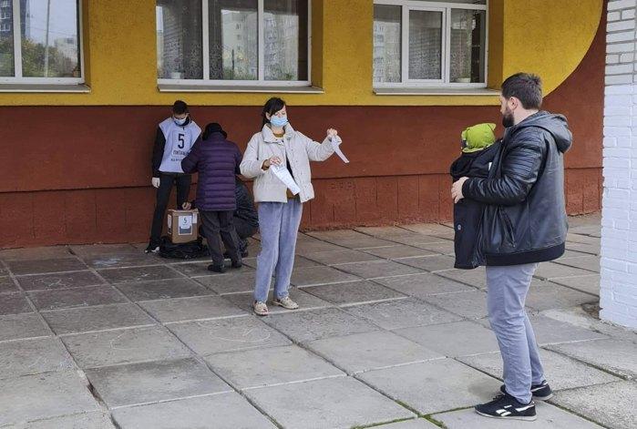 Дівчина демонстративно рве бланк опитування Зеленського, виборча дільниця 462006 у Львові