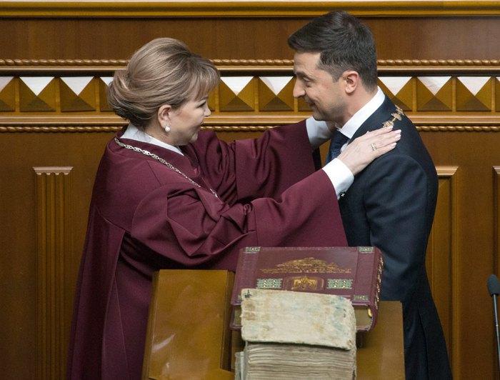 Голова КС Наталія Шаптала вітає новообраного президента України Володимира Зеленського після складання присяги українському народові та вступу на посаду президента.