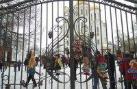 В Тернополе к храму УПЦ МП принесли окровавленные игрушки