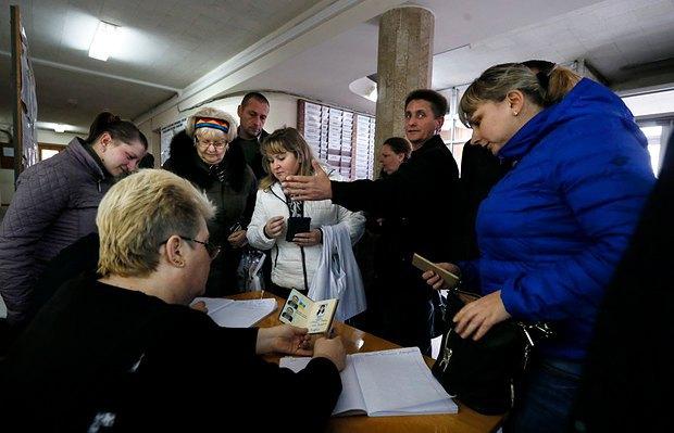 Очередь симферопольцев в пасспортный стол для оформления российского гражданства в марте 2014 г.