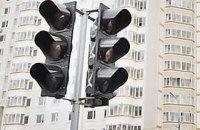 В Харькове мужчина спрыгнул со светофора, который требовал починить