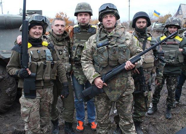 В центре, с <<Викусей>>, Анатолий; рядом, в джинсах, - Виталий Дейнега