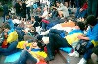 Захисники української мови провели ніч під Українським домом