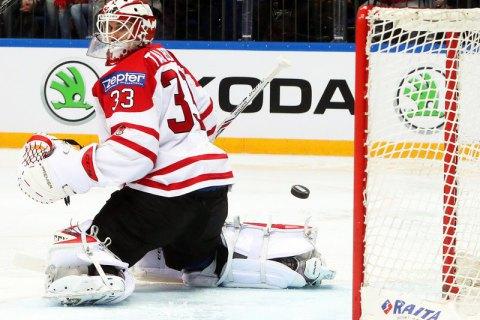 Редчайший случай: в матче НХЛ шайба застряла в маске вратаря после мощного броска соперника