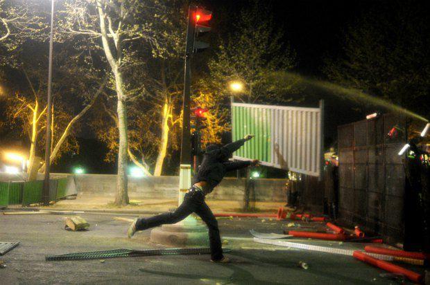Протестующим не составило труда разобрать заградительные барьеры