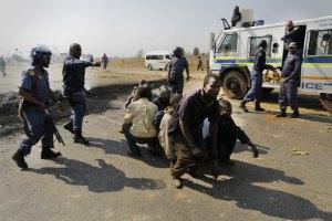 В ЮАР женщина погибла при разгоне демонстрантов полицией