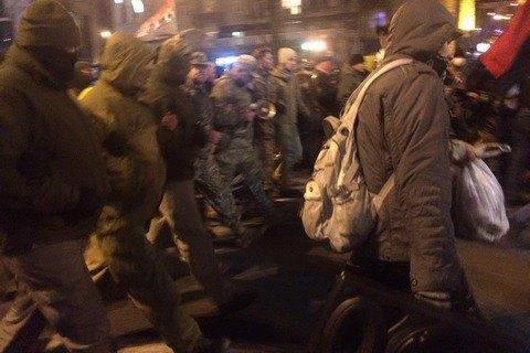 """Мітингувальники з Майдану побили вікна в """"офісі Медведчука"""" і Сбербанку (оновлено, додано фото)"""