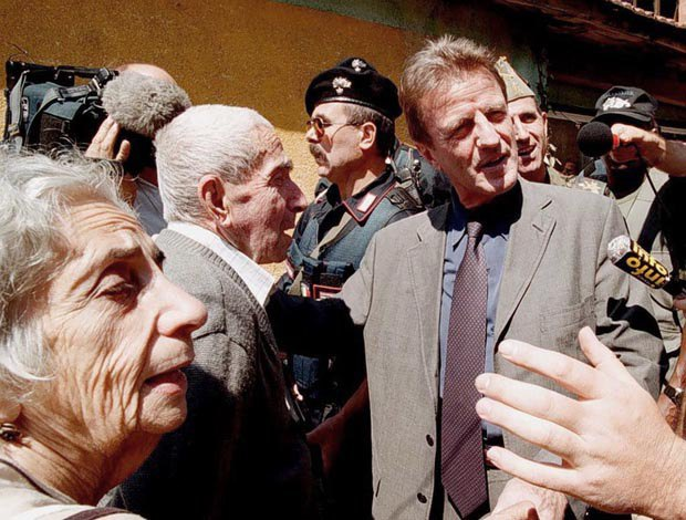 Недавно назначенный глава миссии ООН в Косово Бернар Кушнер (справа) беседует с местными жителями в Пече, Косово, 17 июля 1999 г.