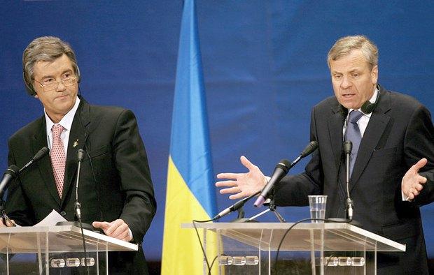 Президент Украины Виктор Ющенко и генсек НАТО Яап де Хооп Схеффер во время саммита НАТО в Бухаресте, Румыния, 04 апреля 2008 года.