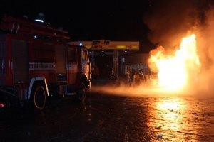 Під Києвом пожежники цілу ніч боролися з вогнем на автозаправці