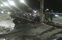 У Києві при з'їзді з Північного моста Subaru на повному ходу врізався в стовп на зупинці