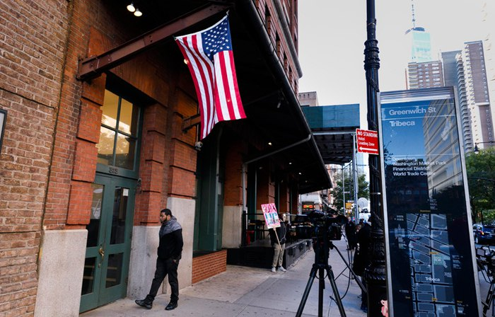 Здание, где был найден подозрительный пакет, адресованный актеру Роберту Де Ниро, Нью-Йорк, США, 25 октября 2018.