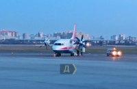 """Літак """"Мотор Січ"""" здійснив екстрену посадку в аеропорту """"Київ"""" на одному двигуні"""