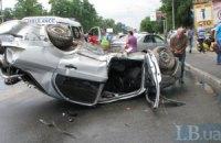 В Киеве водитель не вписался в поворот: машина перевернулась на крышу