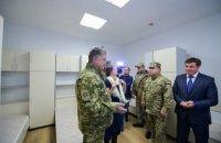 Порошенко осмотрел новое общежитие для военных в Старичах
