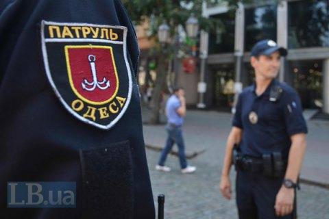 В Одесі водій Daewoo Lanos в'їхав у дорожній знак і побив двох патрульних