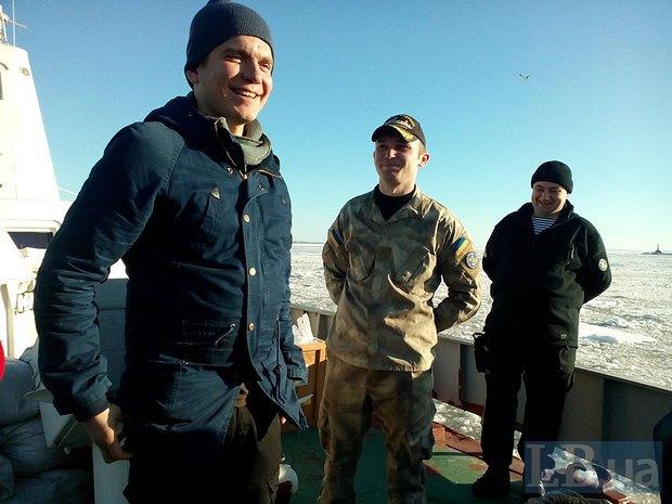 волонтер Виталий Дейнега, командир корабля Максим Бенедисюк и замкомандира погранотряда Юрий Олейников