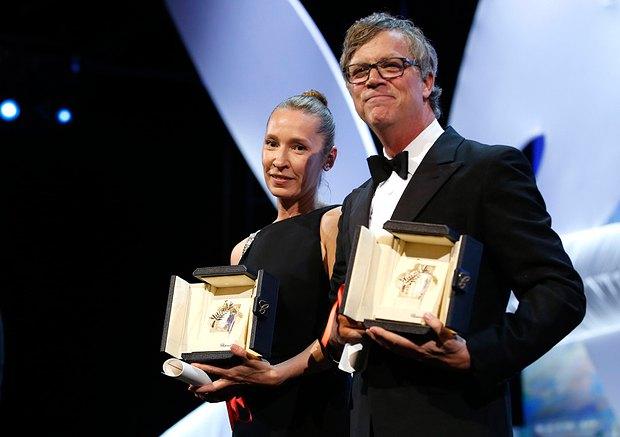 Эммануэль Берко из Моего короля и режиссер фильма Кэрол, принимающий награду от имени Руни Мары