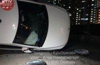 В Киеве таксист с пассажиркой не заметил дорожных знаков и влетел в бетонные блоки