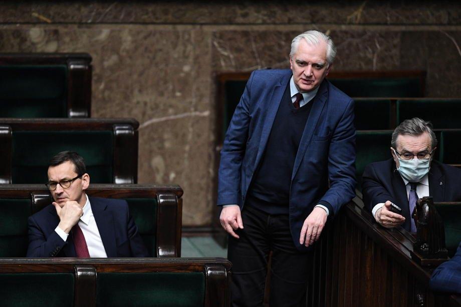 Прем'єр-міністр Польщі Матеуш Моравецький (ліворуч) і лідер партії 'Згода' Ярослав Говін (у центрі) під час засідання Сейму, Варшава, 12 травня 2020 р.