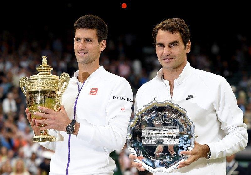 Новак Джокович (ліворуч, з головним трофеєм) і Роджер Федерер, 2015 рік