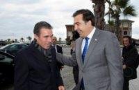 Саакашвили показал Расмуссену «галстук НАТО»