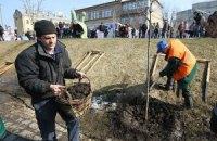Убирать Киев вышли более 84 тысяч граждан