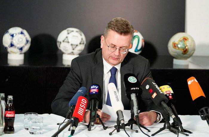 Президент Федерації футболу Німеччини Рейнхард Гріндель під час прес-конференції в штаб-квартирі DFB у Франкфурті-на-Майні