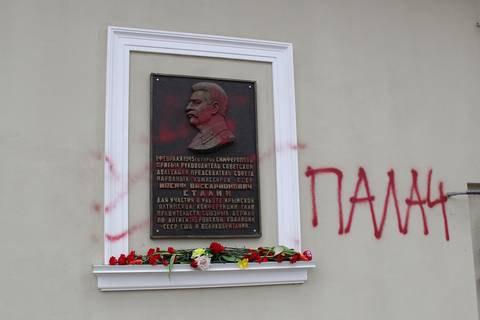 """В Крыму на мемориальной доске Сталину написали """"Палач"""""""