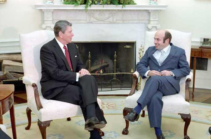 Президент США Рональд Рейган и советский диссидент Натан Щаранский во время встречи в Овальном кабинете, 1986
