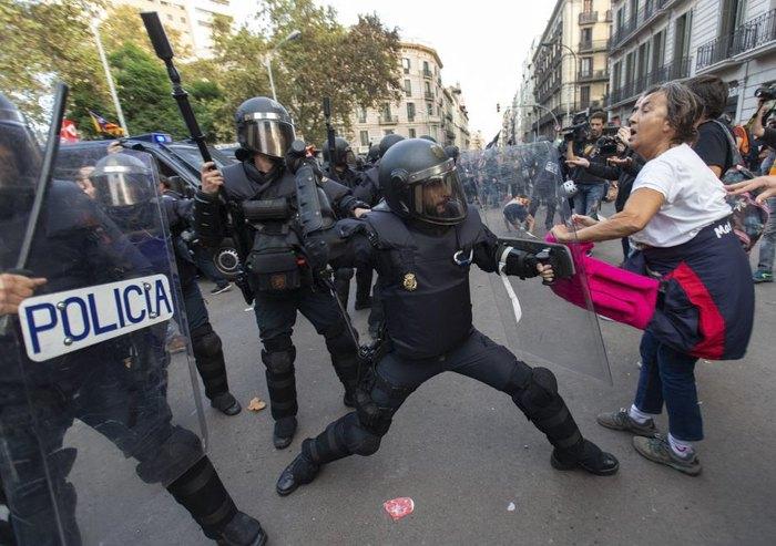 Стычки полиции и простестующих в Барселоне, 19 октября 2019.