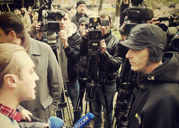 Игорь Мирошниченко(слева) разговаривает с предположительным провокатором