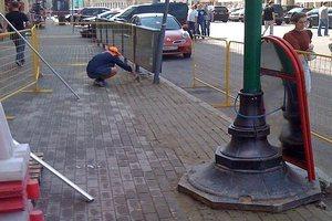Рабочие не укладывают, а рисуют плитку в центре Москвы