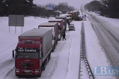 В'їзд вантажівок до Києва обмежили через снігопад