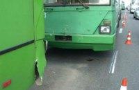В ДТП троллейбуса и автобуса в Киеве пострадала молодая женщина