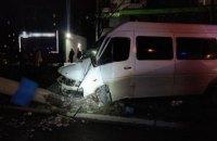 В Запорожье маршрутка врезалась в столб, пострадали 14 пассажиров, а водитель скрылся