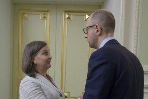 Яценюк провел позднюю встречу с Нуланд