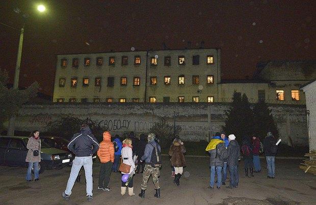 Активисты приходят под Лукьяновское СИЗО покричать слова поддержки политзаключенным почти каждый день. Вот и в новогоднюю ночь пришли