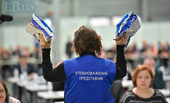 Бланки тестів та роботи учасників запаковували в сейф-пакети