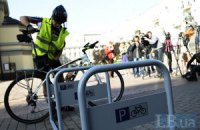 В Киеве открыли неудобную велопарковку
