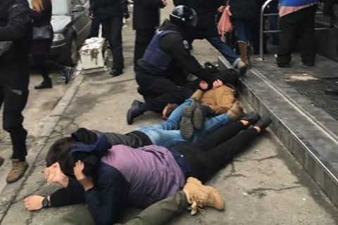 Поліцейському, який перевищив повноваження під час затримання активістів на Подолі, оголошено про підозру