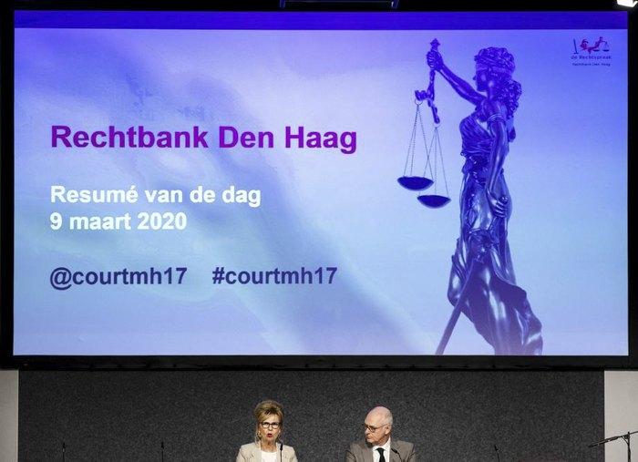Судьи Йоланде Вейннобль и Пол Роувен рассказывают о первой сессии международного судебного процесса по МН17 в Бадхеведорпе, Нидерланды, 9 марта 2020.