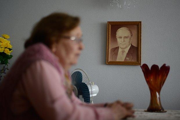 Портрет мужа Леонарда - на видном месте в гостиной