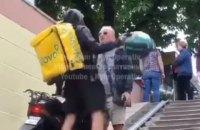 У Києві кур'єр Glovo побив шоломом чоловіка в переході
