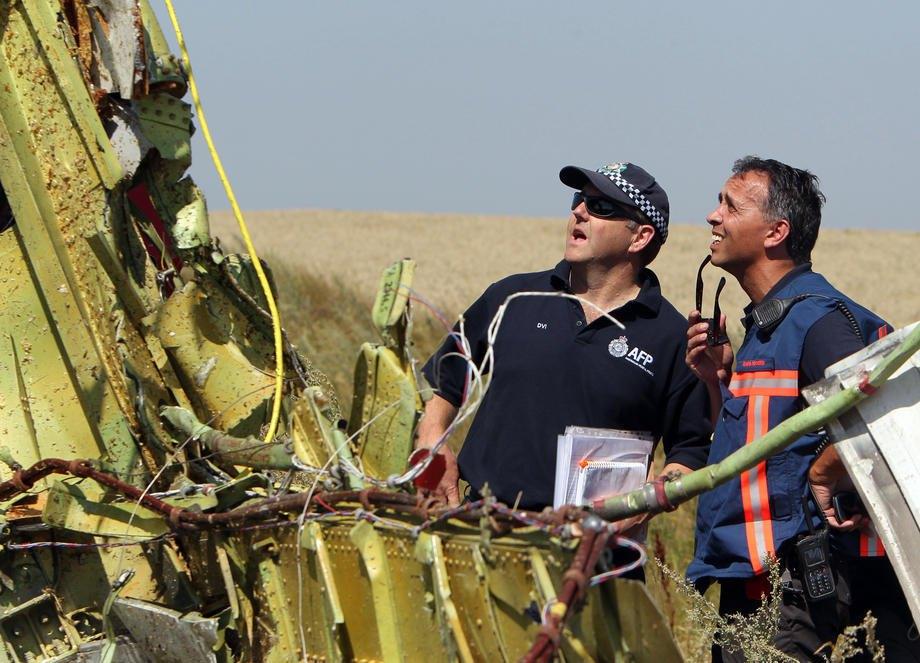 Австралийские и голландские следователи осматривают обломки самолета рейса MH17 Malaysia Airlines, 1 августа 2014 года.
