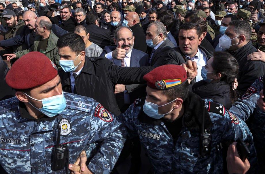 Премьер-министр Армении Никол Пашинян (в центре) во время митинга сторонников в центре Еревана, 25 февраля 2021 г.