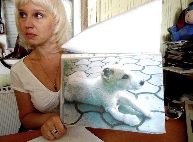 Ольга Сулеина показывает старое фото Ричарда