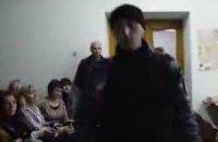 """""""Беркутовец"""" силой стянул журналиста LB.ua с четвертого этажа"""