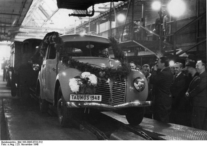 Выпуск первого Ford Taunus G73A на заводе Ford в Кельне, ноябрь 1948 .