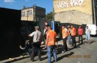 Незаконное строительство в Десятинном переулке продолжается: рабочие уже вбили сваи